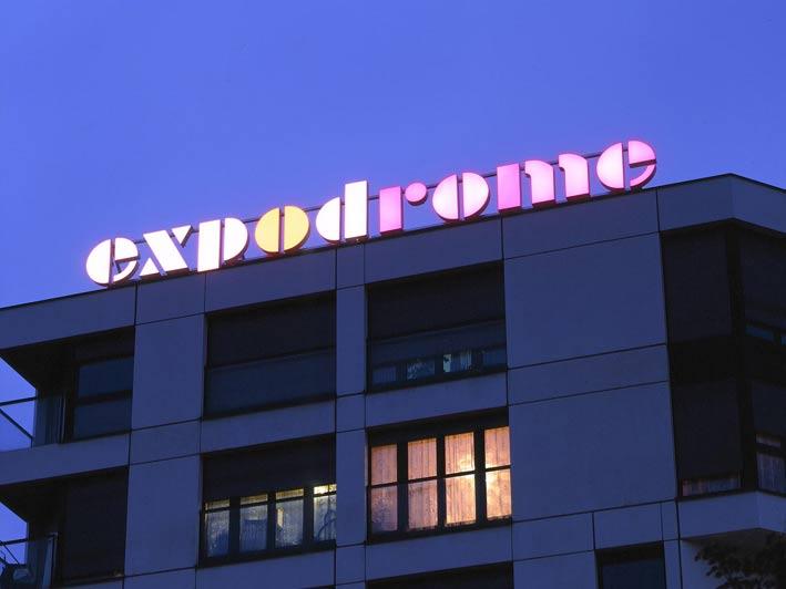 Néon parallax : quelques lumières en ville, à Genève